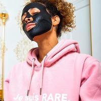 Fact ✓ Une peau plus grasse et des brillances accrues sur la zone T sont aussi les signes d'une peau déshydratée. Nos masques lui apportent le shot d'hydratation dont elle a besoin ! 💦  #skincare #moisture #hydration #jesuisrare